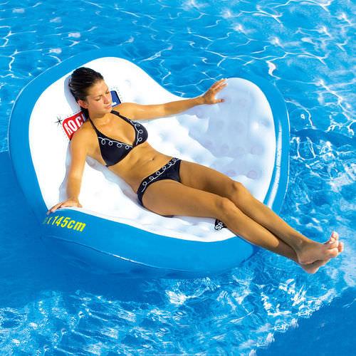 Tumbonas un hogar con mucho oficio for Flotadores para piscina