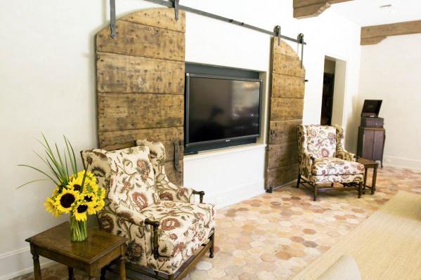Te damos 18 ideas para camuflar tu televisión y mejorar así la decoración de tu hogar de forma inteligente y con mucho gusto, con los consejos domésticos de los mejores profesionales del hogar, los expertos de Reparalia.