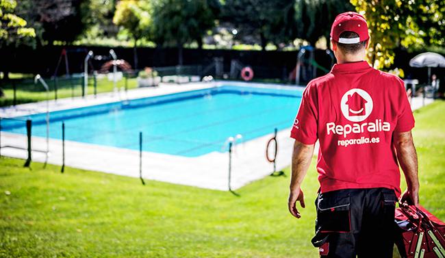Los fontaneros de Reparalia son los mejores especialistas en piscinas de toda España. Por eso te traen 11 consejos para ahorrar dinero en la factura de la luz y el agua en tu piscina privada, además de ofrecerte su ayuda para revisión y reparación de piscinas.