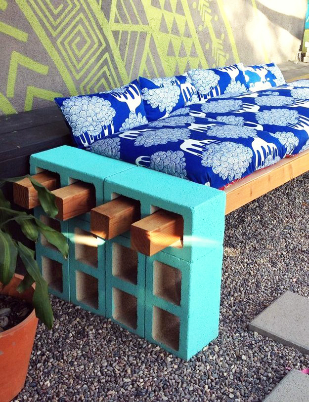 8 ideas diy low cost para hacer en tu patio o jard n este for Baldosas para el jardin
