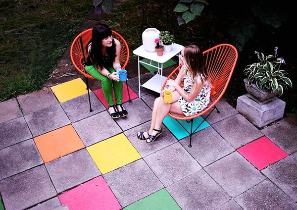 8 ideas diy low cost para hacer en tu patio o jard n este for Baldosas jardin