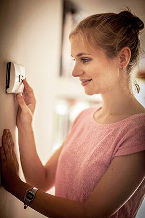 7 consejos, trucos e ideas de los expertos en calefacción de Reparalia para ahorrar dinero en la factura del gas y el gasóleo frente al frío invierno.