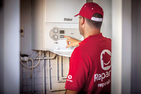 Los mejores especialistas en calderas y calefacciones en toda España de Reparalia, te ayudarán a poner a punto tu instalación para ahorrar este invierno y reducir tu consumo energético.