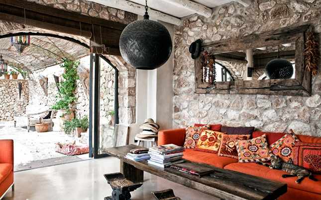 decoracion de interiores en rustico:con unas vigas de madera vista, paredes de piedra, una chimenea de