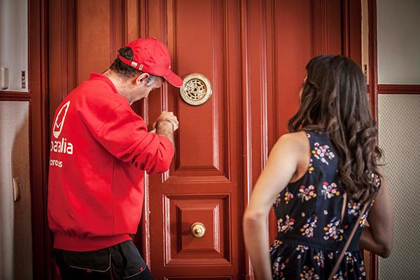 Los profesionales del hogar de Reparalia, especialistas en todos los gremios que puedas necesitar en casa, te dan algunos trucos y consejos de seguridad para proteger tu vivienda durante las vacaciones o cualquier momento que pases fuera de ella.