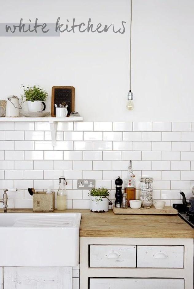 C mo devolver el brillo a tus azulejos con talco for Cocina con azulejos blancos