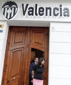 GRA429. VALENCIA, 01/07/2015.- El presidente ejecutivo del Valencia, Amadeo Salvo, junto a Lay Hoon, presidenta del consejo de administración y mano derecha de Peter Lim, principal accionista del club, se dirige a la rueda de prensa en la que ha anunciado su dimisión. EFE/Manuel Bruque. SALVO SE MARCHA TRAS UNA PRESIDENCIA HISTÓRICA EN LA QUE SE VENDIÓ EL CLUB