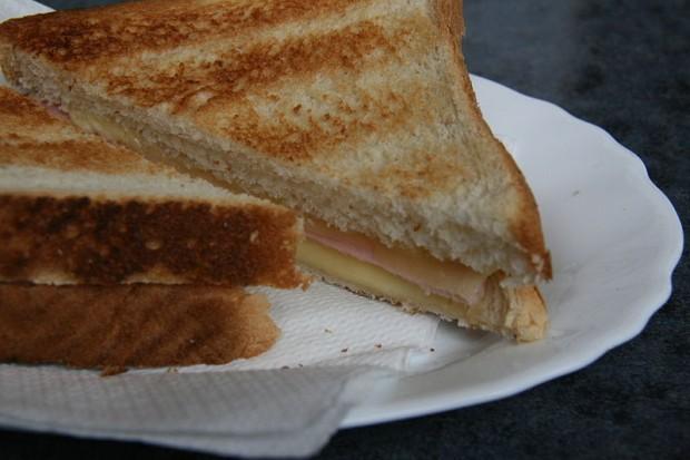 ¿Por qué en Cataluña al sandwich caliente de jamón y queso se le llama 'Bikini'?
