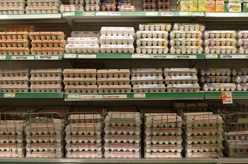 ¿Por qué guardamos los huevos en la nevera si en las tiendas los tienen a temperatura ambiente?