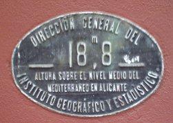 ¿Por qué en las estaciones de tren existe una placa indicando la altura sobre el nivel del mar del lugar?