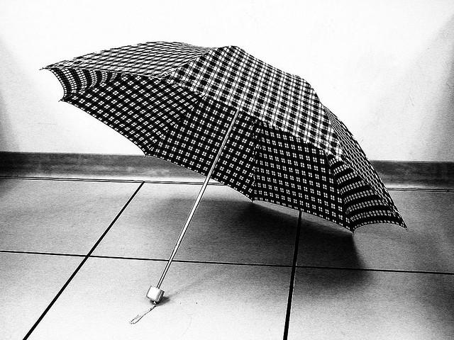 ¿De dónde viene la superstición que dice que el abrir un paraguas en un interior trae mala suerte?