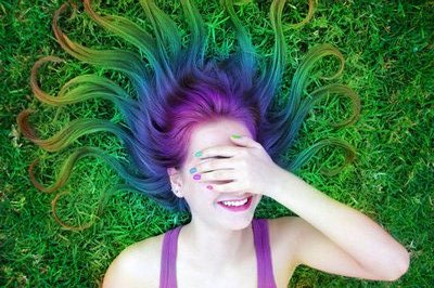 qué no nos crece el pelo (de forma natural) de color verde o azul