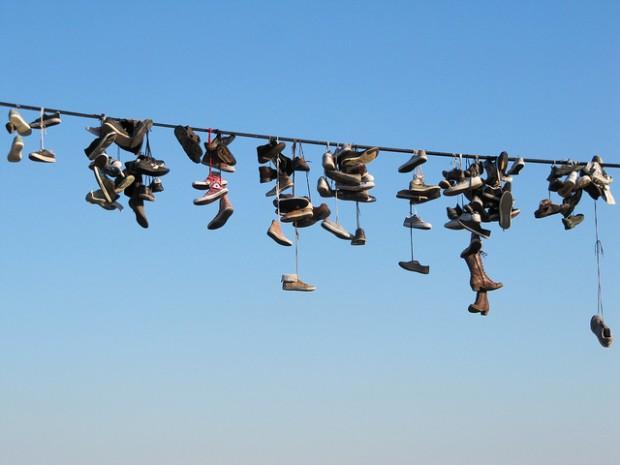 ¿Por qué hay zapatillas de deporte colgadas en el tendido eléctrico