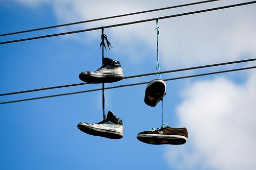 ee080e4c En ocasiones, y cada vez con más frecuencia, podemos ver al pasear y  levantar la vista calzado deportivo atado entre sí mediante los cordones y  colgando (en ...