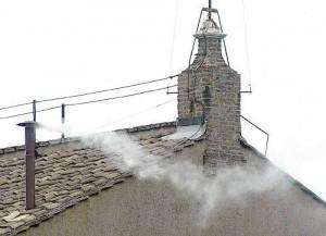 ¿Cuál es el origen de la 'fumata' que anuncia la elección de nuevo papa?