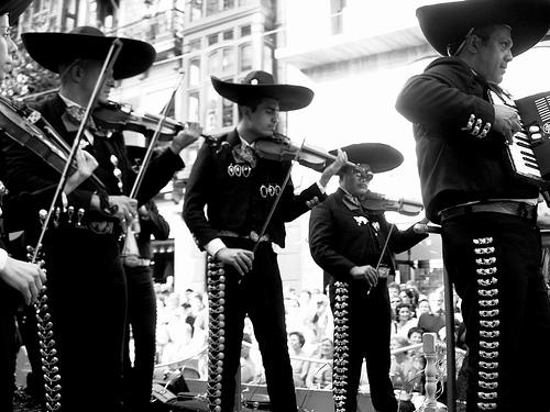¿De dónde surge llamar 'Mariachi' a los populares conjuntos musicales mexicanos?
