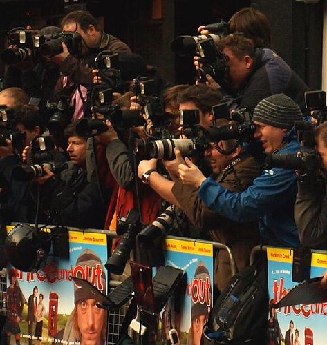¿Por qué a los fotógrafos de prensa se les conoce como 'paparazzi'?