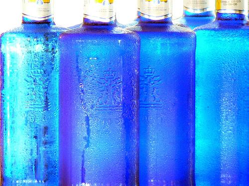 En días de intenso calor ¿qué sacia mejor la sed, el agua fría o templada?