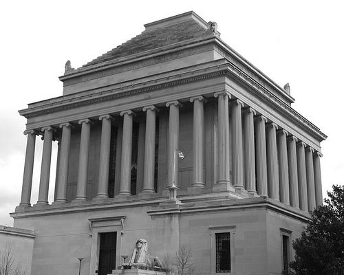 ¿De dónde proviene llamar 'mausoleo' a los sepulcros suntuosos?