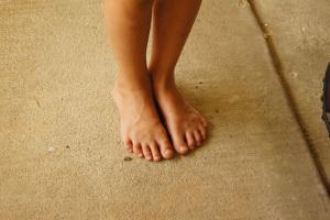 ¿De dónde proviene la expresión 'a pies juntillas'?