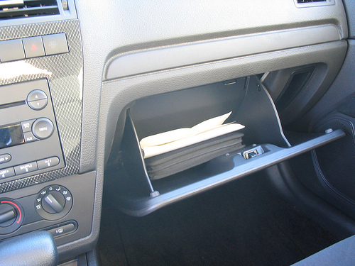 ¿Por qué la guantera del coche se llama así?
