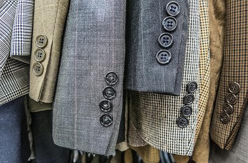 ¿Desde cuándo y por qué llevan botones las mangas de las chaquetas masculinas?