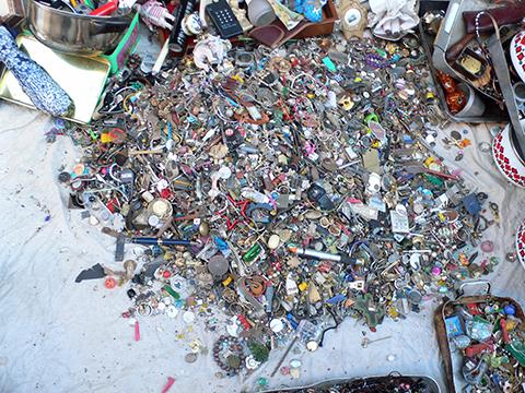 ¿De dónde proviene llamar 'quincalla' a los objetos metálicos de poco valor?