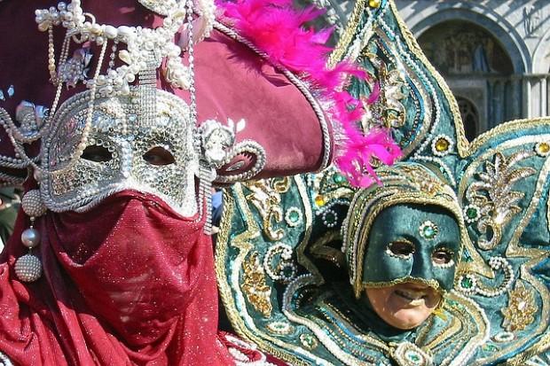 ¿De dónde surge el hecho de disfrazarse durante el carnaval?