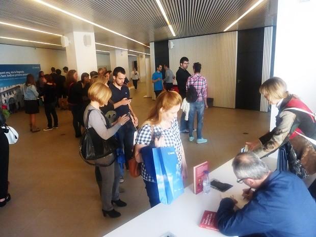 Alfred López firmando ejemplares de Vuelve el listo que todo lo sabe en el Mobile World Center en Sant Jordi 2015