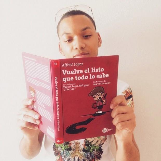 Dariel Ventura, actor y cantante del musical 'El Rey León', con un ejemplar de 'Vuelve el listo que todo lo sabe'