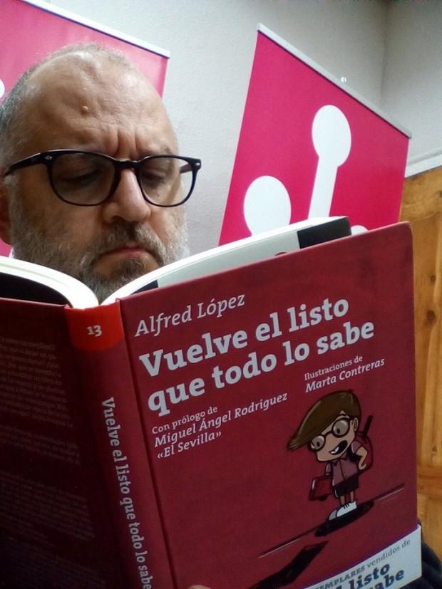 Eduardo Basterreschea con un ejemplar de 'Vuelve el listo que todo lo sabe'