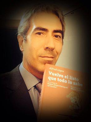 Fernando García-Quismondo con un ejemplar de 'Vuelve el listo que todo lo sabe'