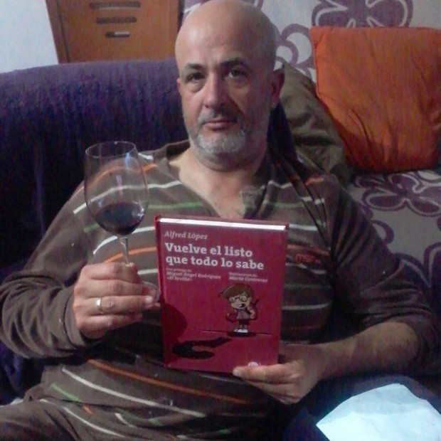 Marcos Marin Delfa con un buen vino y un buen libro