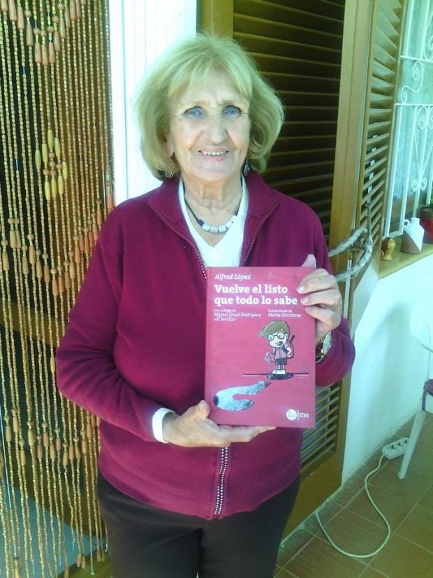 Una madre orgullosa  y feliz con el libro de su hijo