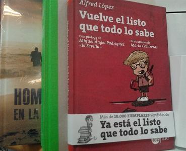 Ejemplar del libro Vuelve el listo que todo lo sabe de Alfred López en una estantería del centro comercial Carrefour de Torrevieja (Alicante)