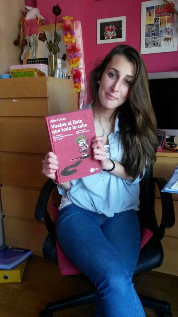 Emma López posa orgullosa con su ejemplar del libro Vuelve el listo que todo lo sabe