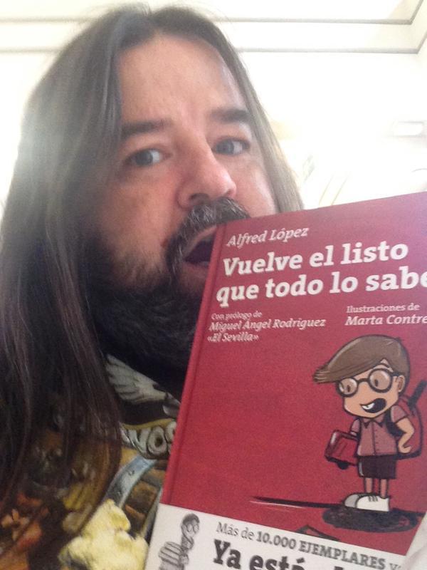 Manuel Gomez Agüero devorando su ejemplar del libro Vuelve el listo que todo lo sabe de Alfred López