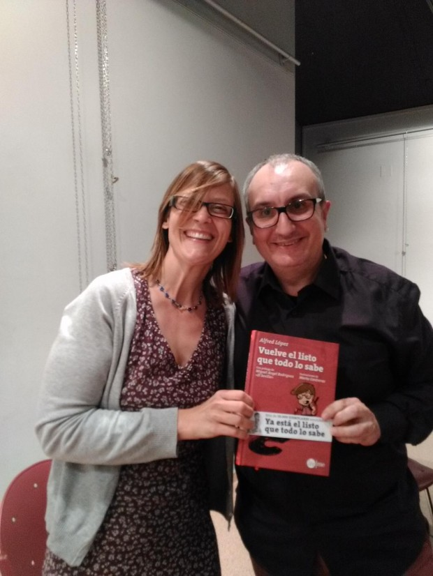 Paola mostrando feliz su ejemplar del libro Vuelve el listo que todo lo sabe que acaba de dedicarle el autor Alfred López