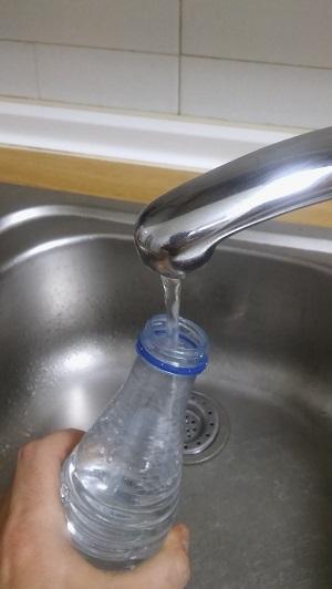 ¿Por qué cuando reutilizamos varias veces una misma botella de agua acaba sabiendo y oliendo mal?