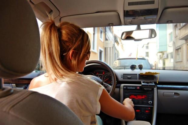 ¿Por qué solemos bajar el volumen de la radio cuando buscamos aparcamiento?